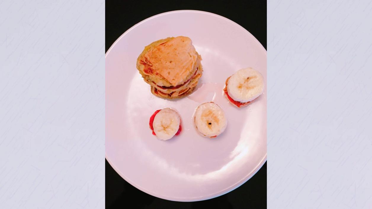 Banana recheada com manteiga de amendoim e compota